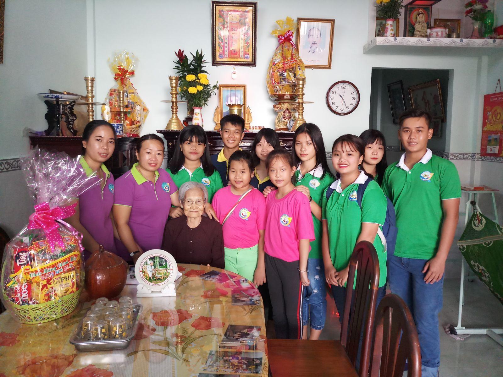 Thăm tặng quà Mẹ VANH Phạm Thị Mười